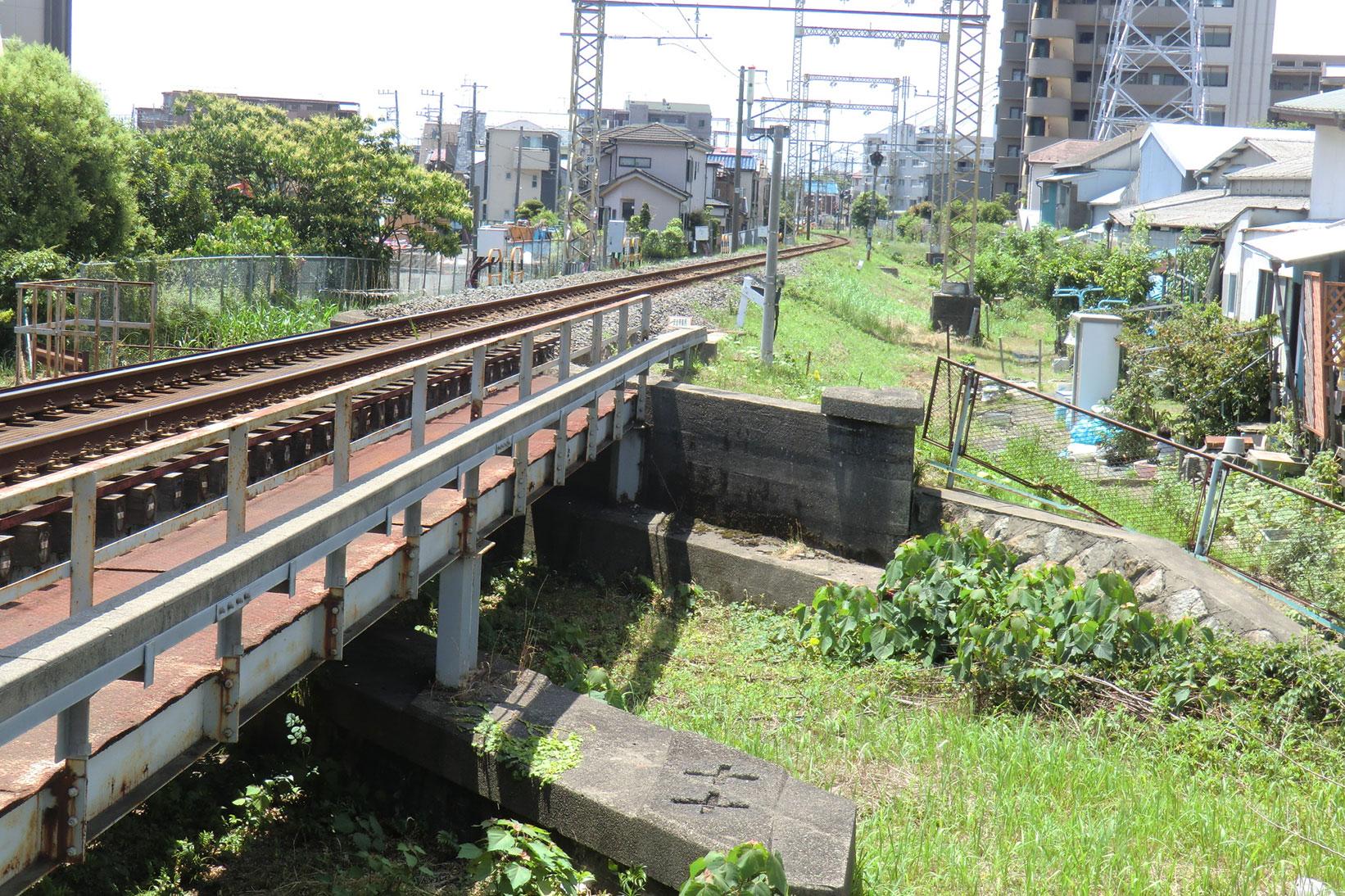 水路に架かる橋。複線分が敷設できる構造になっています。
