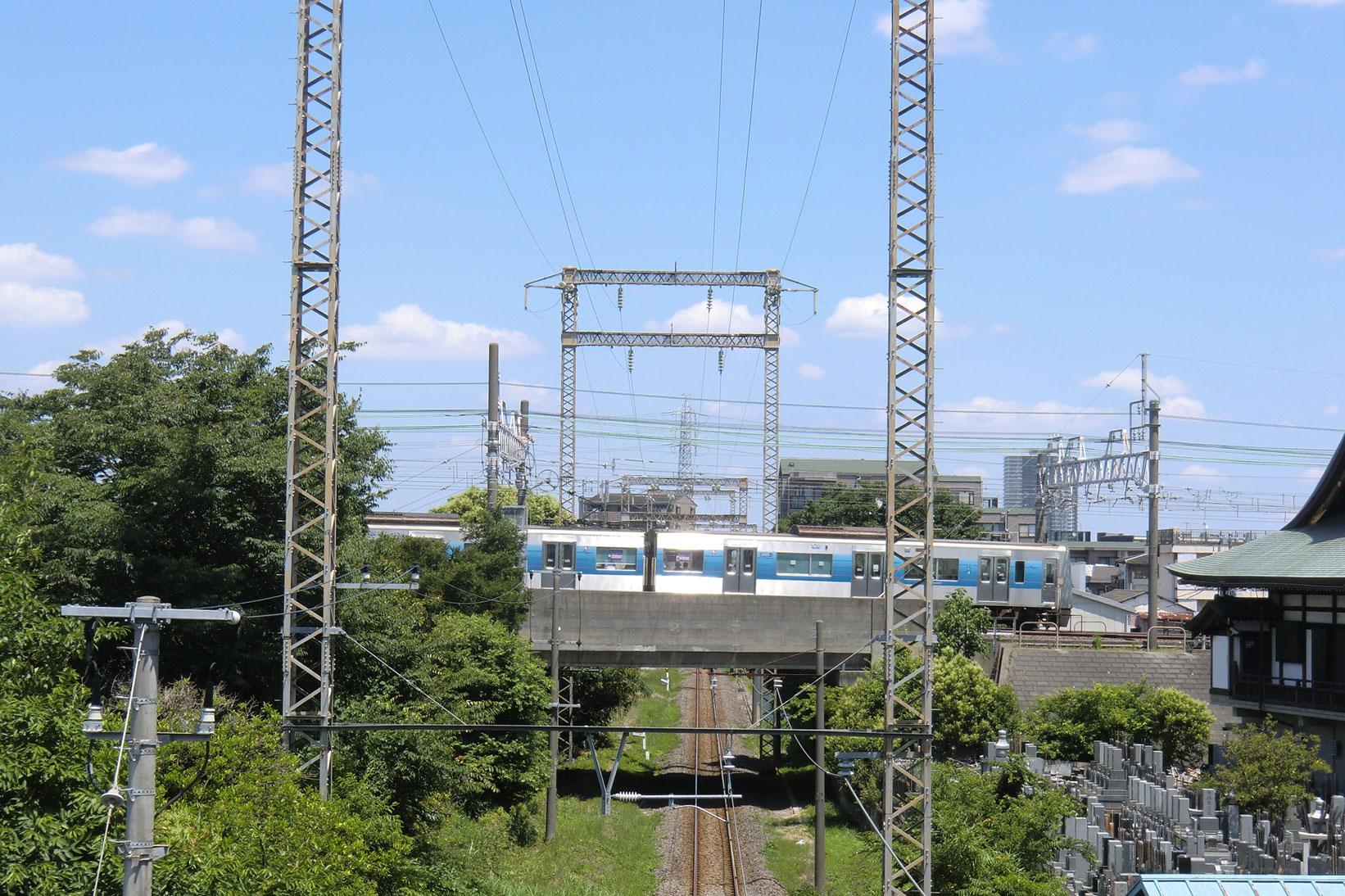 京成線との立体交差。こうして見ると立派な貨物線です。