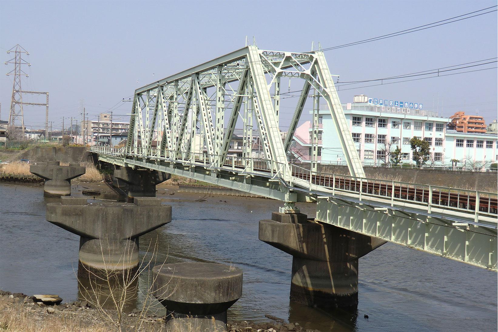 新中川に架かる鉄橋。鉄橋は単線分ですが、橋脚は複線分あります。