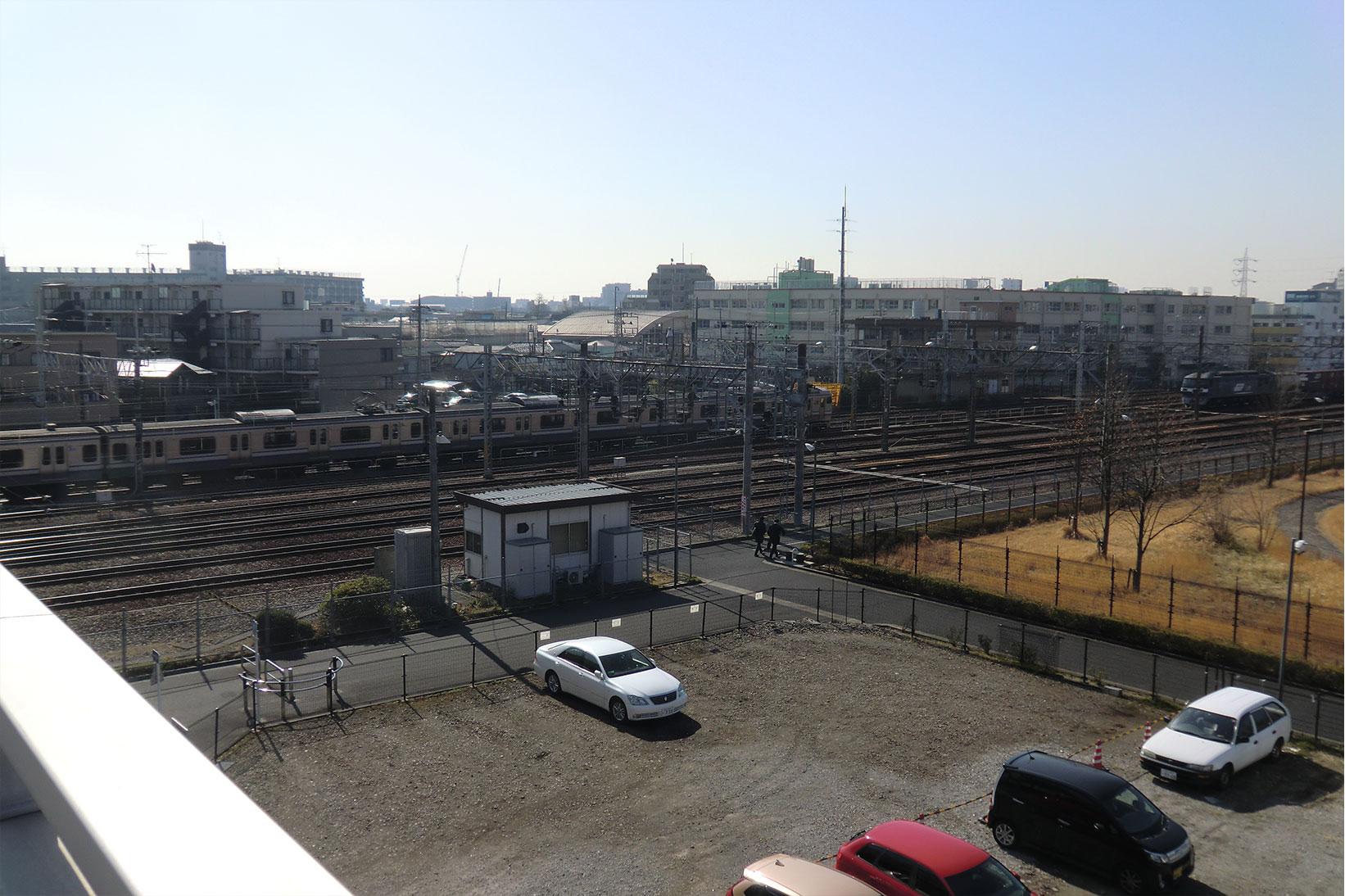 小松橋から、新小岩信号場駅(操駅)、私学事業団総合運動場(右)を眺めます。